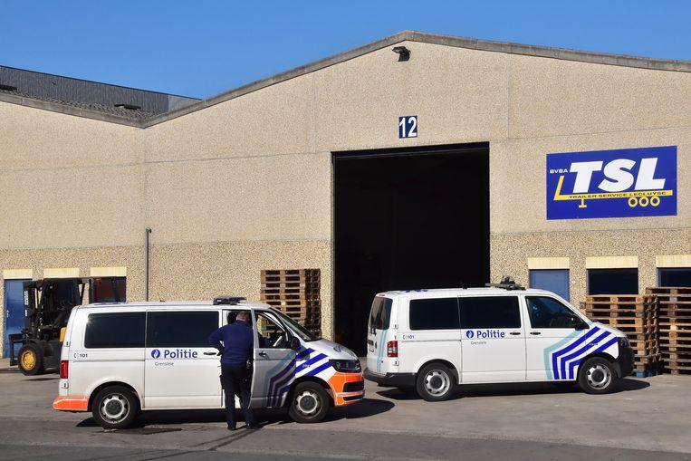 De illegalen werden aangetroffen in een oplegger die onverwacht binnen moest voor herstelling bij het gespecialiseerde bedrijf TSL in Gullegem.