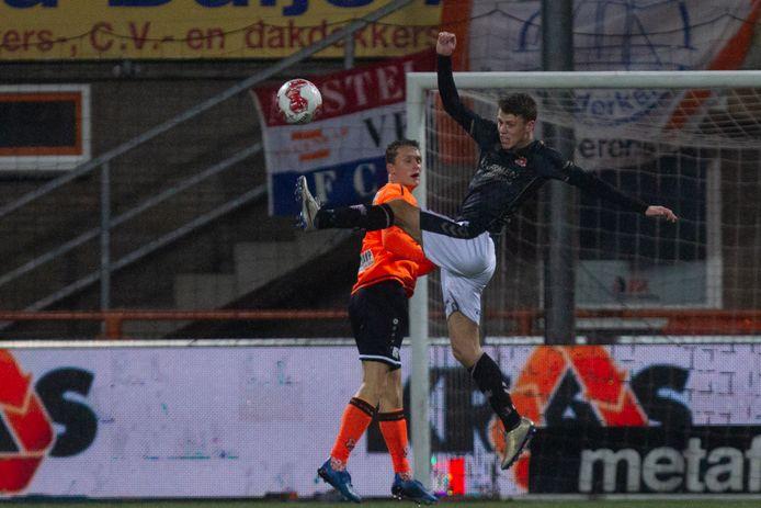 GA Eagles-verdediger Joran Swart wint een duel van Martijn Kaars van Volendam.