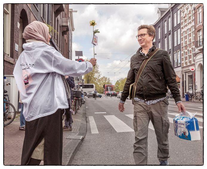 Arnhemse moslims gaan met hun actie op het Land van de Markt in Arnhem onder meer Amsterdam achterna, waar vrijwilligers van Milli Görüş Nederland vorig jaar al rozen uitdeelden aan voorbijgangers en in gesprek gingen met medeburgers. Archieffoto: Marco Okhuizen