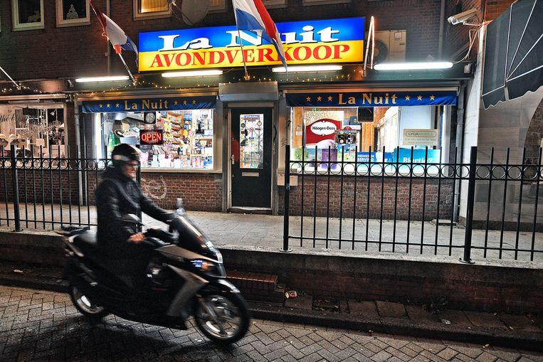 De overvallen avondwinkel in Amsterdam-Noord.