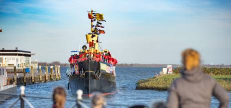 Pakjesboot 12 aangemeerd in haven van Willemstad: kinderen zoeken goudstaven