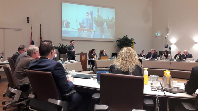 VVD-wethouder Frank van Wel in debat met de gemeenteraad van Loon op Zand.