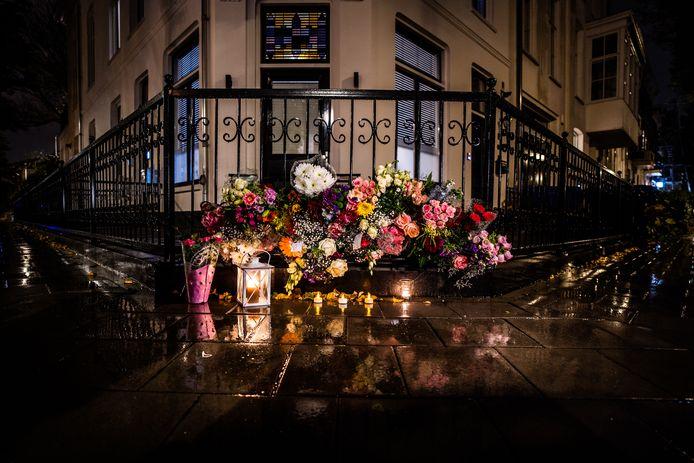 Op de plek waar de 73-jarige man afgelopen week is aangevallen, zijn bloemen gelegd.