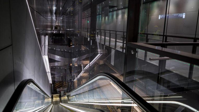 De Pijp is het enige station in Amsterdam waar de ene tunnelbuis boven de andere ligt. De Ferdinand Bolstraat is domweg te smal voor een breed tracé Beeld Rink Hof