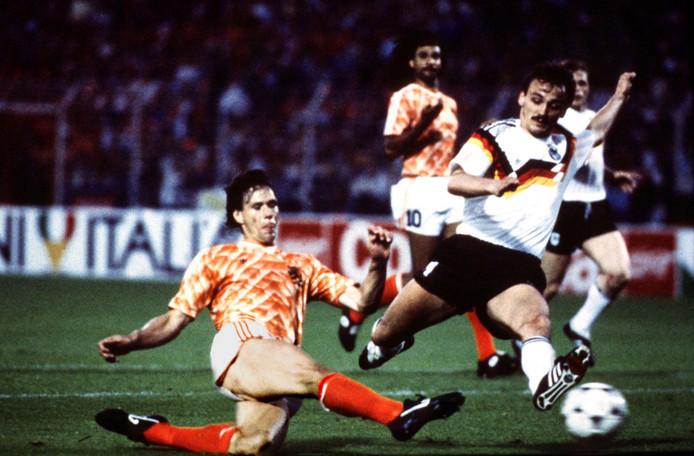 Marco van Basten schiet Nederland in 1988 naar de EK-finale, Jürgen Kohler is te laat.