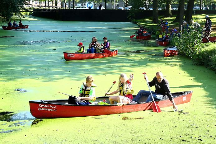 De stadsgracht in Wageningen wordt schoongemaakt vanuit kano's en kayaks.