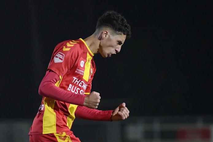 Zakaria Eddahchouri balt de vuisten na zijn 2-0 tegen Jong De Graafschap. Het werd uiteindelijk een makkelijk avondje voor de Deventer beloften met een 4-1 zege.