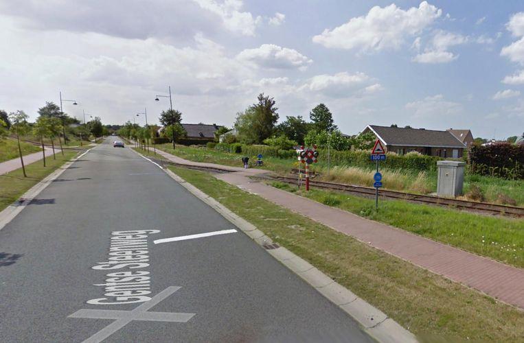 Het fietspad rechts op de Gentse Steenweg kruist de spoorlijn. Fietser Jurgen reed rechtdoor.