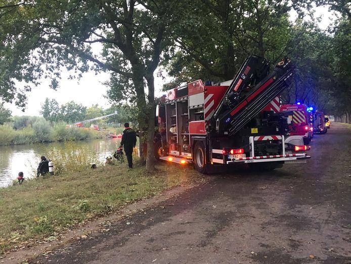 De brandweer had twee uur nodig om de wagen uit het water te halen.