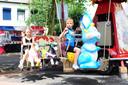 Ook al staan er maar een paar attracties op de kermis in Heerle, deze kinderen genieten van een ritje in de draaimolen. Archieffoto Niels Krebbekx