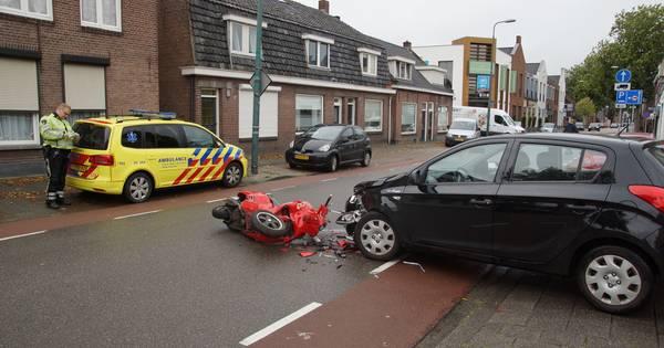 Scooter en auto flink beschadigd bij botsing in Kaatsheuvel.