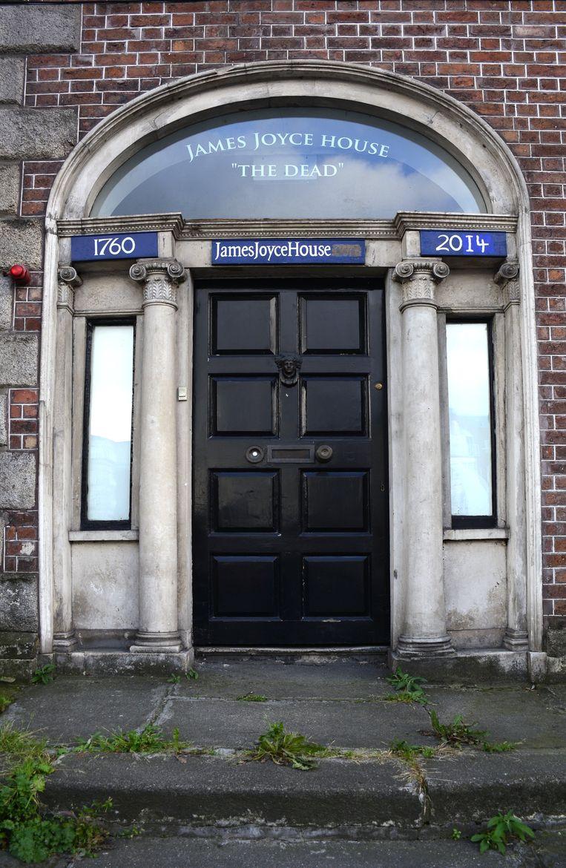 Ingang van het 'Huis van de Doden' in Dublin, decor van het korte verhaal 'De doden' van James Joyce. Het dreigt te worden afgebroken voor de bouw van een hotel. Beeld Getty Images