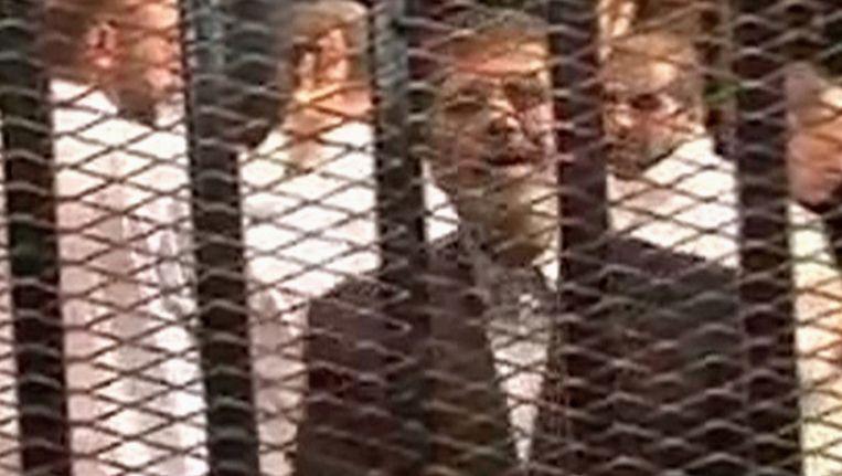 De afgezette president Morsi in een kooi in de rechtszaal. Beeld Reuters