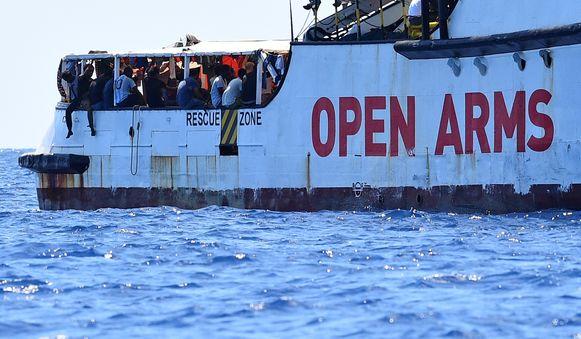 De Italiaanse autoriteiten verbieden het schip aan te meren.