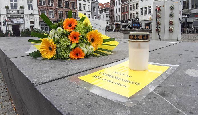 Eerder deze week legden Kortrijkzaan Marnix Decock en zijn partner Marc De Smet al bloemen neer op de plek waar Bart Rigole stierf. Ze plaatsten er ook een kaars en legden een pamflet neer waarin ze zich afzetten tegen onverschilligheid.