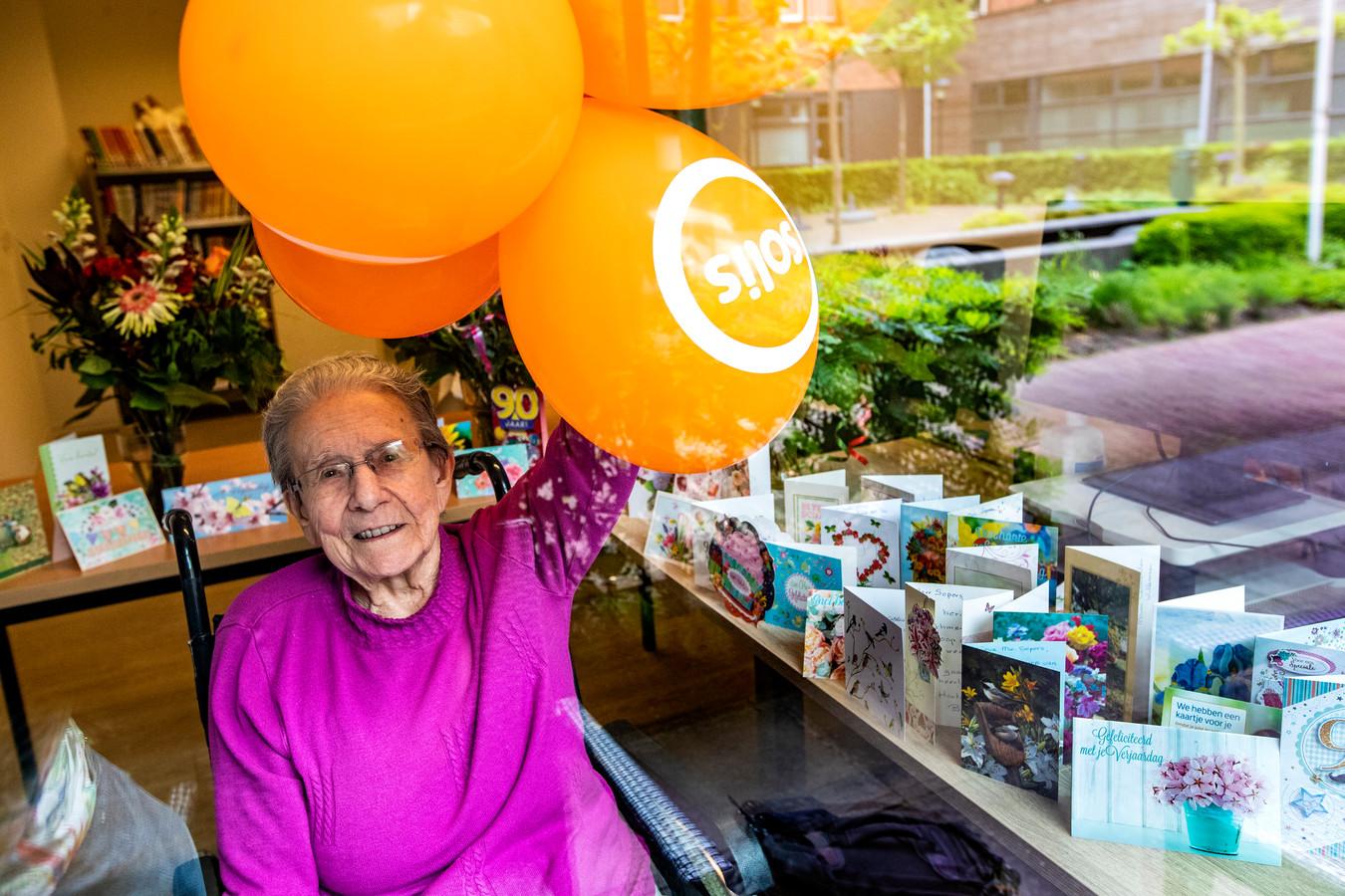 """Annie Sepers - Van Os (90) achter het raam bij verzorgingstehuis Solis, omringd door een selectie van de 132 kaarten die ze kreeg. De bijzondere verjaardag gaf haar nieuwe energie. ,,Oh wat, fantastisch, fantastisch. Dit ga ik nooit meer vergeten."""""""