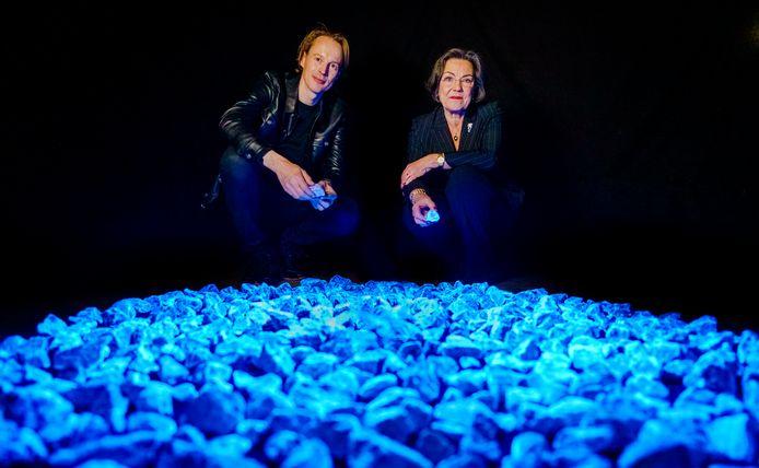Daan Roosegaarde en Gerdi Verbeet bij Levenslicht, tijdelijk monument voor slachtoffers van de Holocaust, dat alleen in volle omvang te zien is in Rotterdam op 16 januari, daarna wordt het opgedeeld in kleine monumenten in zo'n 160 gemeenten in het hele land, waaronder Deventer.