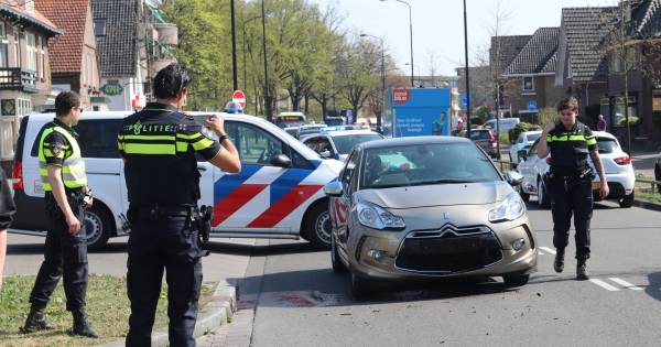 Gewonde en verkeersopstopping na ongeval met drie voertuigen op Arnhemseweg in Apeldoorn.