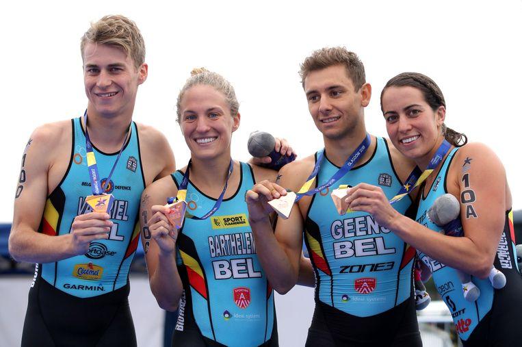 Triatlonbrons voor de Belgen op het EK. Claire Michel, Jelle Geens, Valerie Barthelemy en Marten Van Riel vieren.