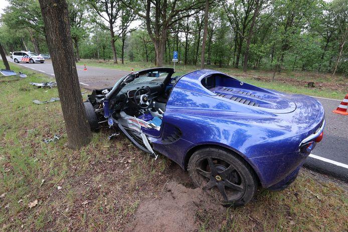 Lotus crasht tegen boom in Oirschot.