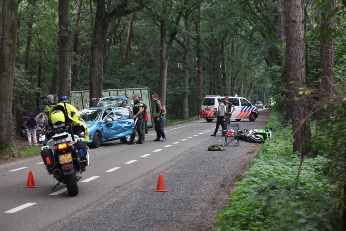 Een auto en een motor waren tegen elkaar gebotst op de Bergsebaan.