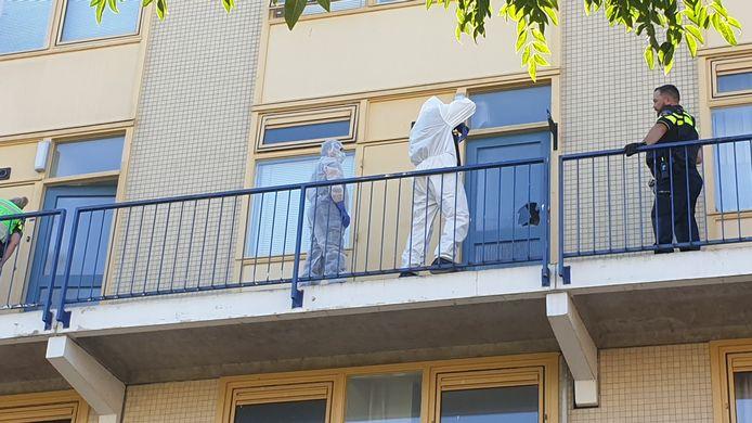 Een onderzoeksteam van politie assisteert bij het onderzoek naar de dood van een vrouw in Lankforst Nijmegen.