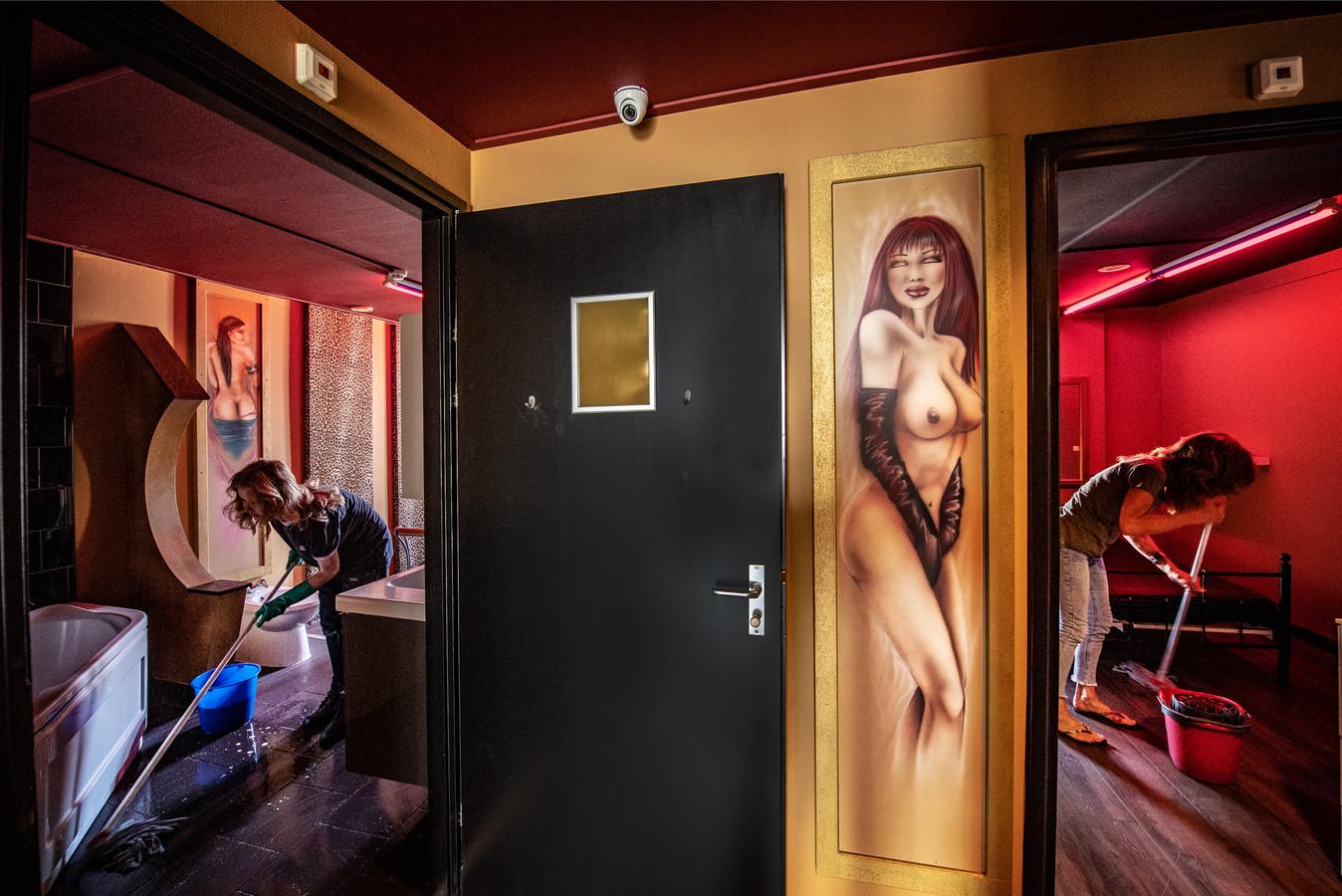 De sekskamers in de Nijmeegse rosse buurt worden schoongemaakt, vandaag gaat een deel van de eerder gesloten ramen weer open.