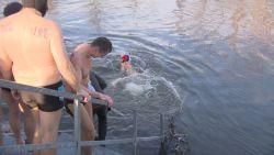 VIDEO. Zwemwedstrijdje in een rivier bij -30 graden