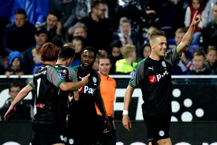 FC Groningen-spits Paul Gladon (r) viert de 1-2. Met die stand gaat de wedstrijd tegen PEC Zwolle maandag verder.