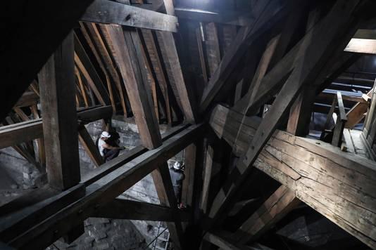 Restauratiewerk aan het dak, vorig jaar juni. (o).