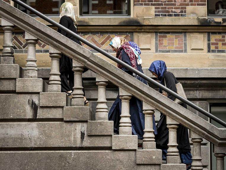 Bezoekers arriveren bij de rechtbank in Haarlem voor een kort geding, vrijdag 2 september. Beeld anp