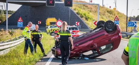 Bestuurder ziet afzetting voor Market Garden op A50 over het hoofd en belandt met auto op dak, twee gewonden