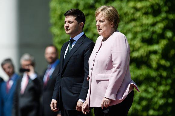De Duitse bondskanselier Angela Merkel begon plots hevig te rillen met de Oekraïense president Volodimir Zelenski.