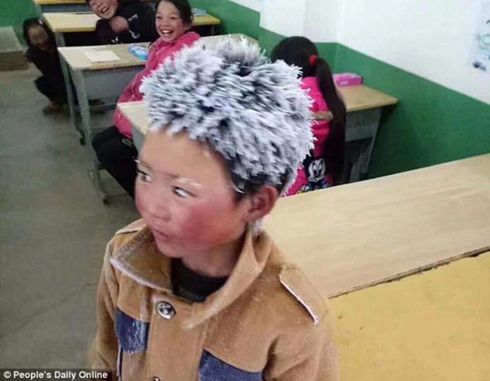 Toen hij maandag na een tocht van 4,5 kilometer door de kou aankwam op school, had Wang Fuman (9) een kapsel van ijspiekjes.