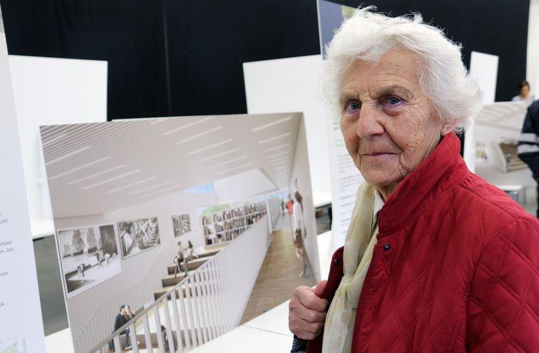 Madeleine Oris (89) bij een van de simulatiebeelden op het infomoment.