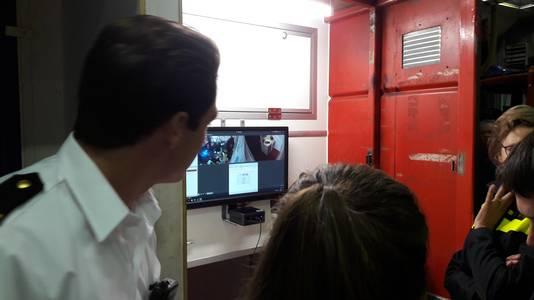 Met camera's worden de verrichtingen van de teams in de escaperoom van de brandweer gevolgd.
