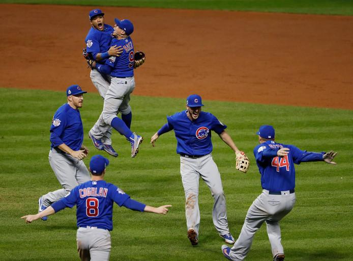 Na de laatste klap weten deze spelers van Chicago Cubs het: de ploeg wint de World Series van Cleveland Indians.