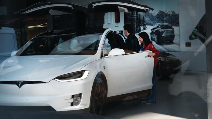De auto's van Tesla rijden schoon en stil op elektriciteit, maar ze zijn aan de prijs, Model X op de foto doet al snel meer dan 100.000 euro.