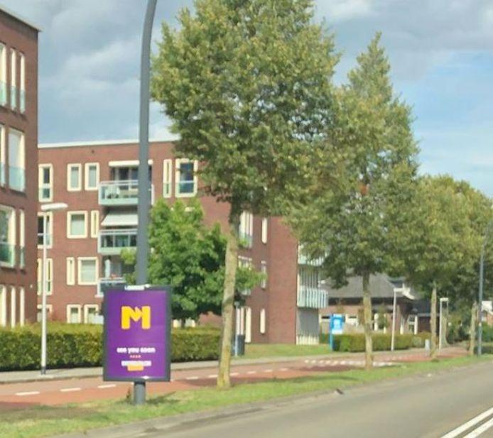 Eén van de vele borden met de mysterieuze M die sinds kort in Hengelo en Enschede zijn te vinden langs de wegen.
