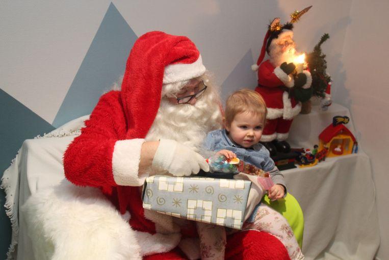 De kerstman bracht pakjes mee naar kinderdagverblijf Pamperbroekje langs Dorent in Burst.