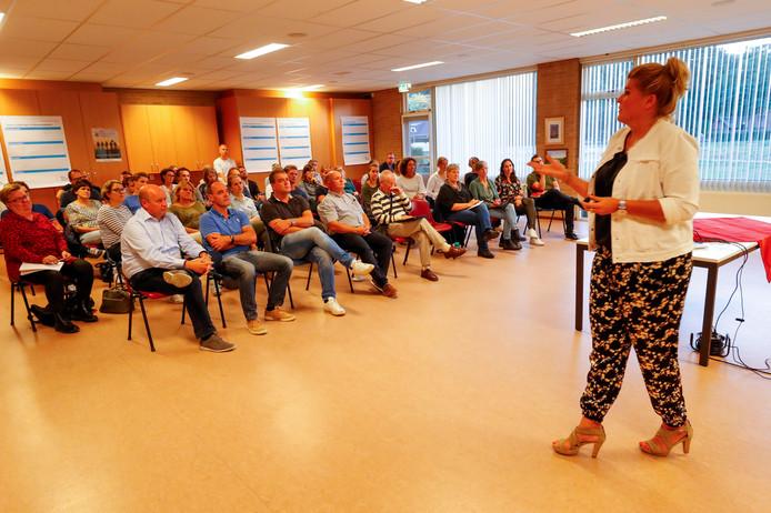 Diverse sportaanbieders en belangstellenden komen bij elkaar voor de start van een Lokaal Sportakkoord.