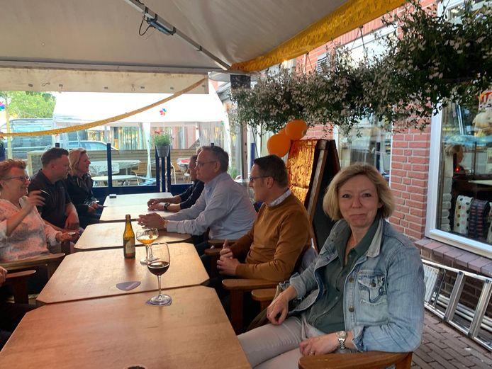 Burgemeester Frank van der Meijden zaterdagavond op het terras van Javaans Eetcafé in Beek en Donk