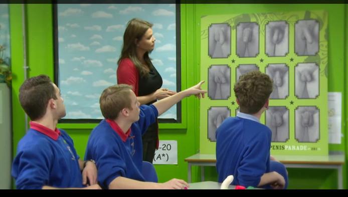Screenshot uit Sex In Class, waarin Goedele Liekens seksuele voorlichting geeft aan Britse jongeren.