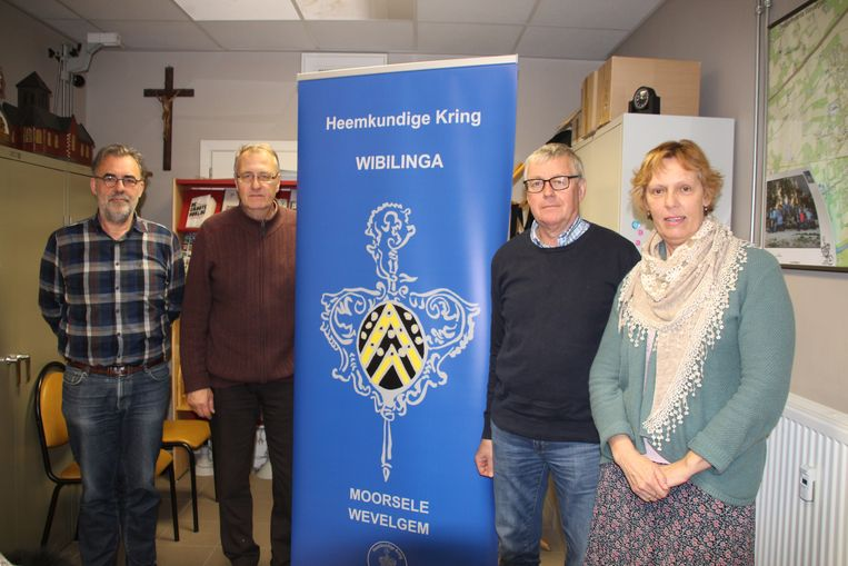 Ludo Vanhove, Xavier Defrancq, Lucrèce Falepius van Texture en Geert Corne van Wibilinga vieren de geboorte van Constant Vansteenkiste 150 jaar geleden.