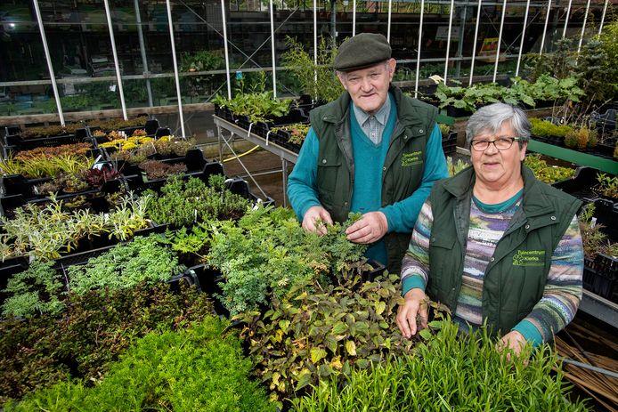 <br />Bert en Annie Klerks bij hun plantjes en kruiden