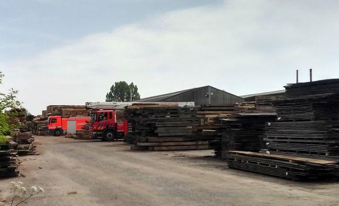 Op het bedrijfsterrein liggen grote voorraden hout opgestapeld, een risico dus als er brand uitbreekt.