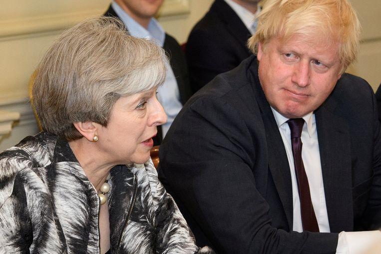 De Britse premier Theresa May naast Boris Johnson, toen nog minister van Buitenlandse Zaken.