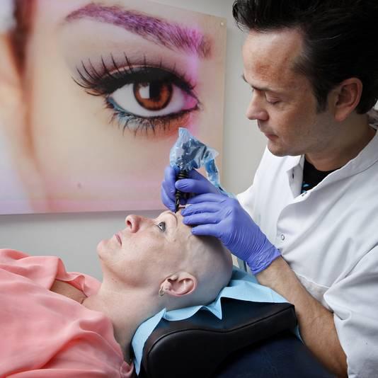 Ellen van den Hoek laat bij Tattoo Bob permanente make-up tatoeëren.