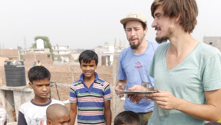 Met weeskinderen in New Dehli. Beeld Willem Dieleman