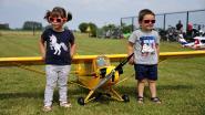 85 kinderen laten knuffeldier of lievelingspop meevliegen met modelvliegtuig tijdens 'Knuffelvliegen'
